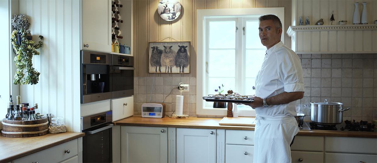 Kokk Halvor Hedenstad på besøk hos Nyyyt for å lage Pinnasteik